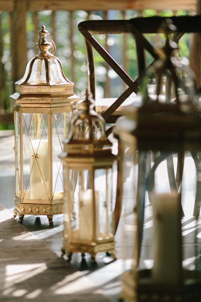 Gold lanterns from Firefly Ambiance line the aisle.