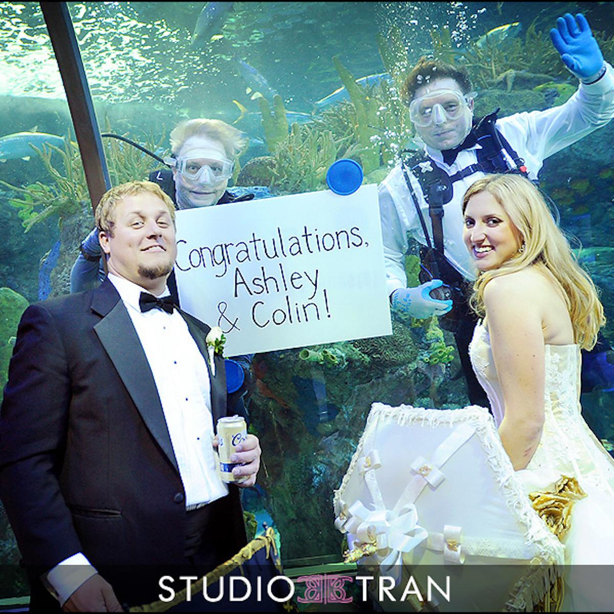 Divers hold a congratulatory sign for newlyweds at the Aquarium. Photo: Studio Tran