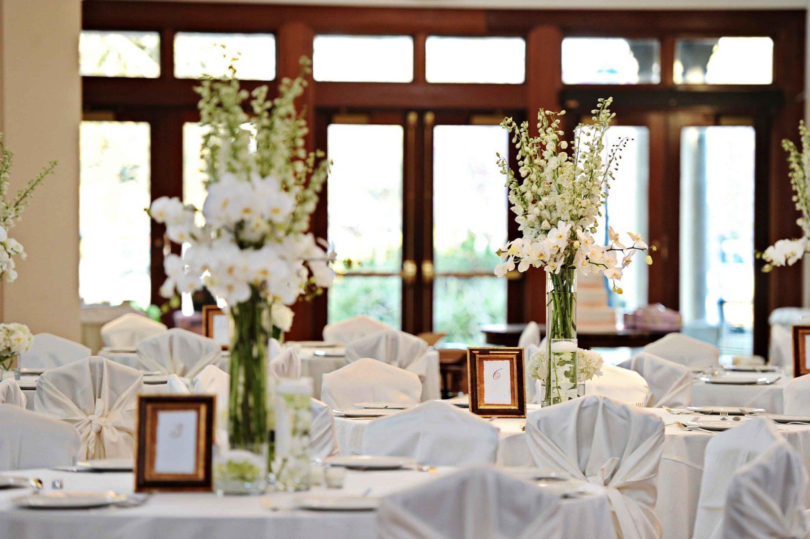 Beautiful flowers decorate tables at an Audubon Tea Room wedding reception. Photo: Studio Tran