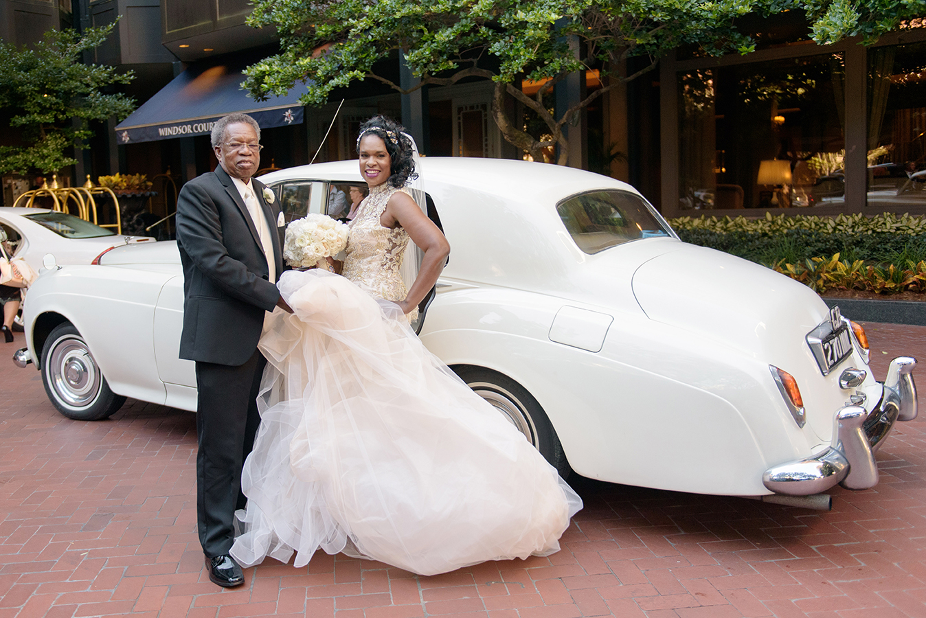 Doliecha and her father traveled in a vintage car to the wedding ceremony.