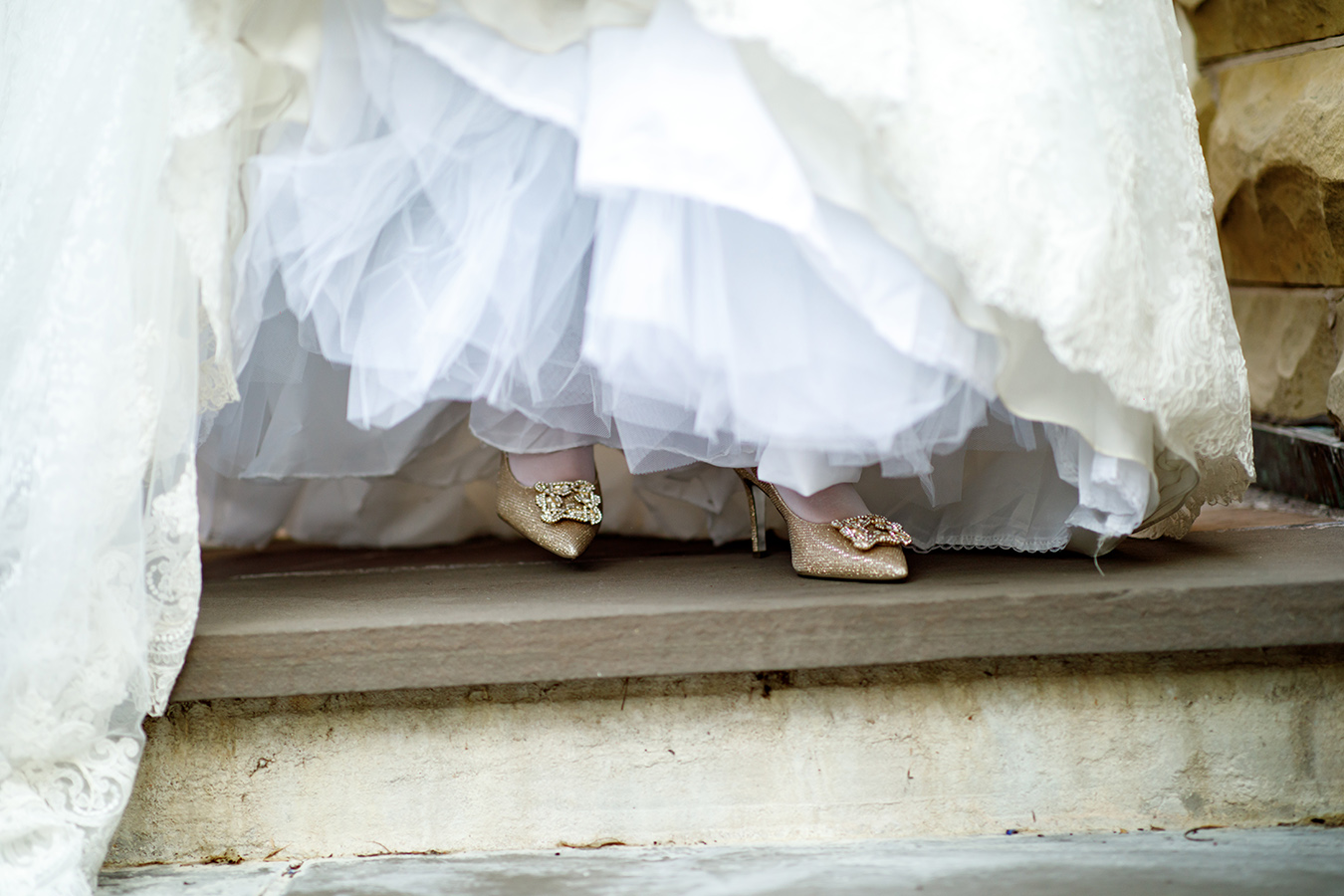 Jess' fairy tale wedding shoes were gold Manolo Blahnik Hangisi pumps.