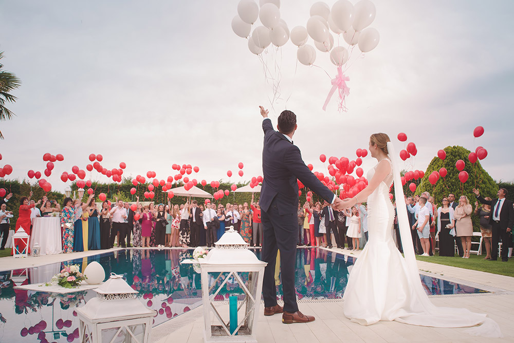 Destination wedding balloon release. Photo: unsplash