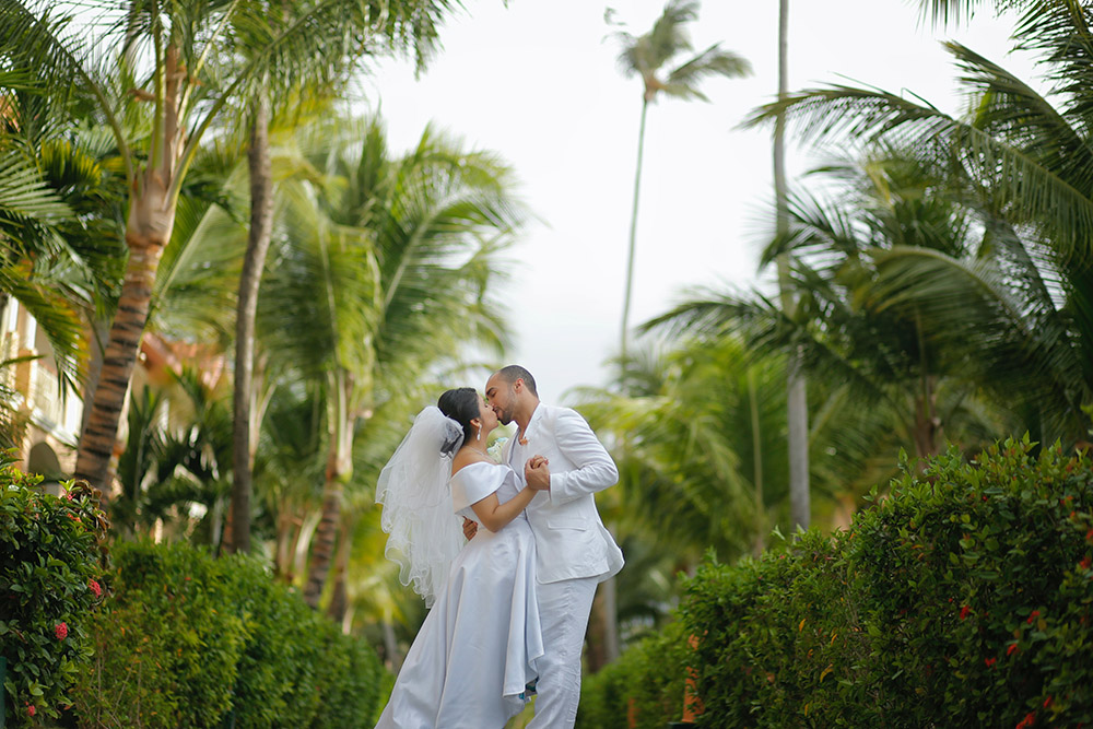 Tropical destination wedding bride and groom Photo: unsplash